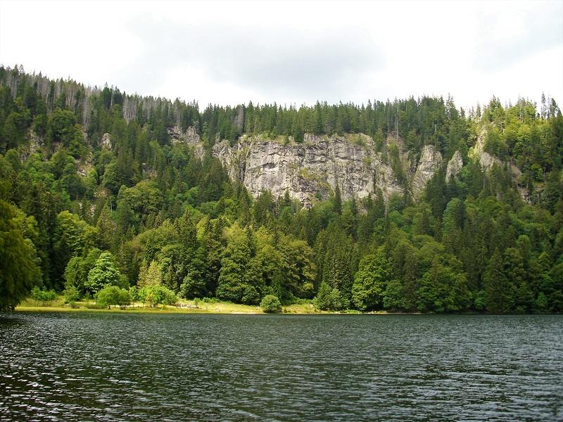 La sponda rocciosa del Feldsee