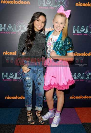 NEW YORK, NY - NOVEMBER 11: Actress Isabela Moner and JoJo Siwa attend the 2016 Nickelodeon HALO awards at Basketball City Pier 36 - South Street on November 11, 2016 in New York City. (Photo by Brad Barket/Getty Images for Nickelodeon) *** Local Caption *** Isabela Moner;JoJo Siwa
