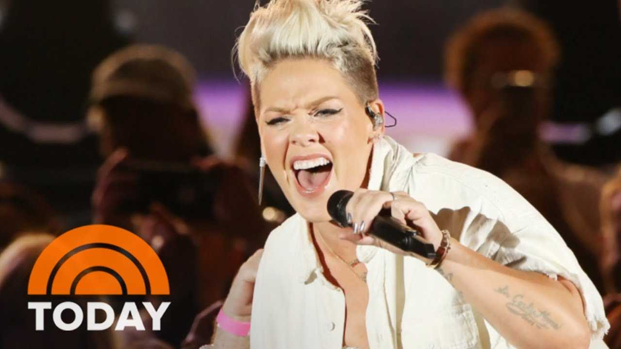 Pink Hugs Fan At Concert Who Held Up Sign About Losing Her Mother | TODAY