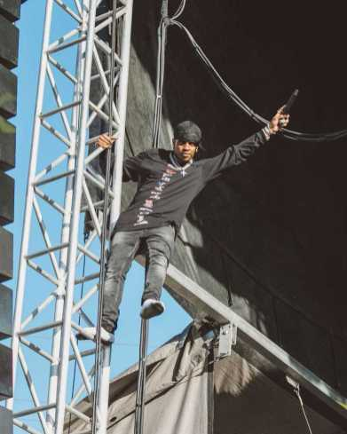 Ski Mask The Slump God scaled the scaffolding in the Oakland sun (Rolling Loud/@OKAYNICOLITA)
