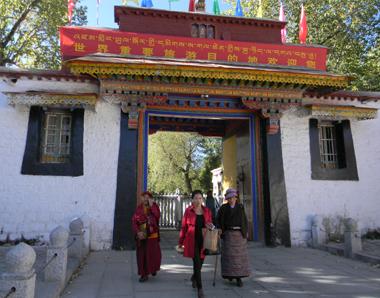 tibetanii in procesiuni religioase