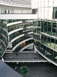 Les espaces de bureaux en périphérie sont largement ouverts sur l'atrium et le bâtiment circulaire central