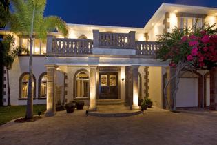casa-amalfi-night-entryway