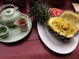 LUNCH IN A PINEAPPLE!