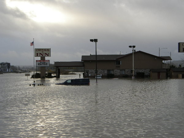 dennys-in-chehalis-12-07-flood