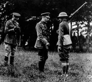 King George V honors an American doughboy. Photograph via Wikimedia Commons.