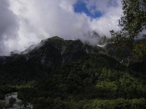 山の上は雨か?晴れてくれい。明神~徳沢間の登山道から仰ぎ見る穂高の山々。