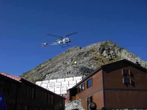 穂高小屋へ荷物を運搬しにやってきたヘリコプター。