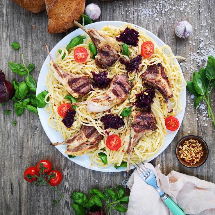Pasta mit Aglio Olio Dip auf einen Teller