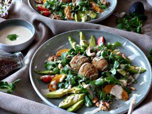 Feldsalat mit Tahinidressing und gebackenen Pilzen vegan