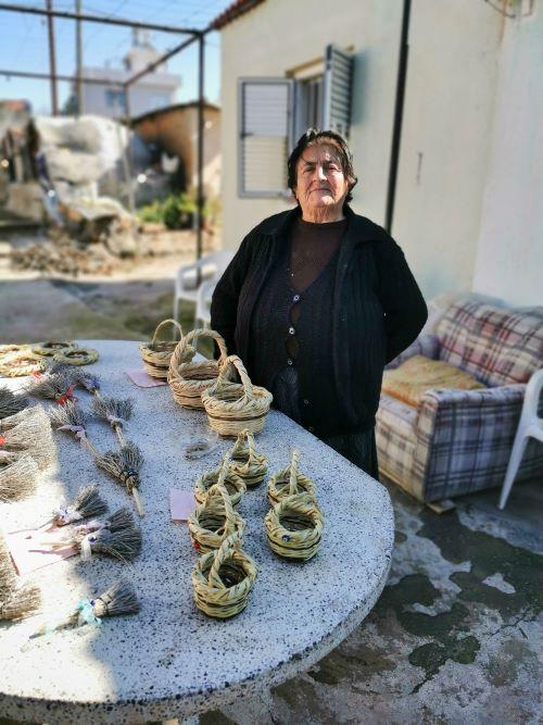 Akdeniz köyünde sepet örüp satan teyze