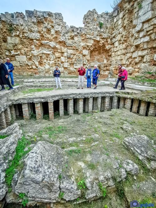 Salamis antik şehrinin hamamın terleme odası