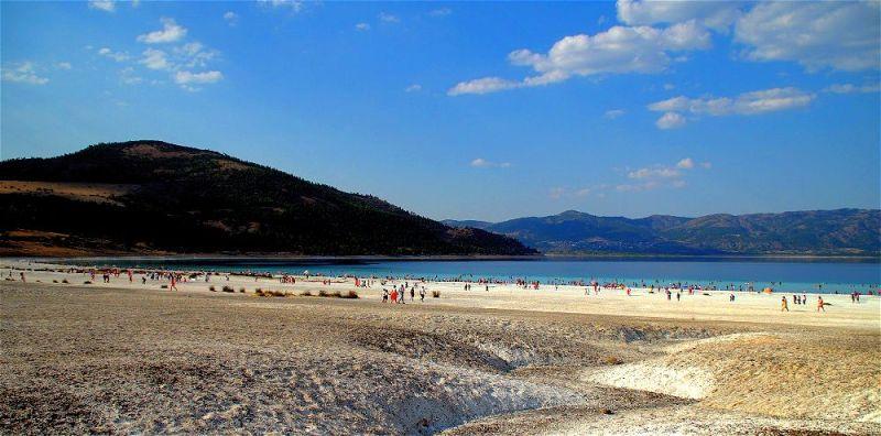 Salda gölünün turkuaz sularında yüzün