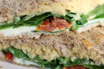 Tosti anders - hummus, mozzarella en spinazie