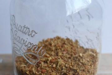 Pot met zelf gemaakte gekruimelde bouillon kruiden