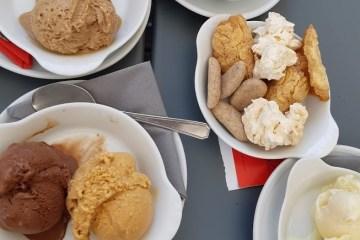 lekkere ijsjes op een terras in Frankrijk