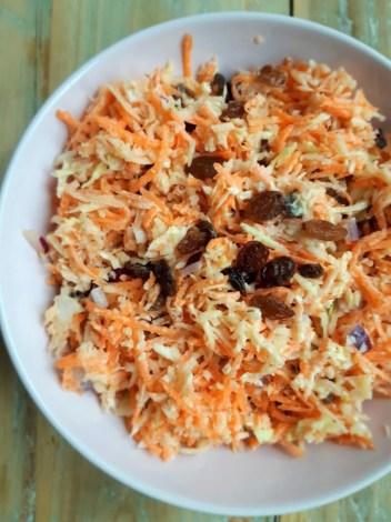 Schaal coleslaw met rozijnen