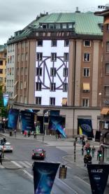 Große Werbeanzeige an einem Haus