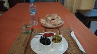 Oliven & Brot & Harrisa