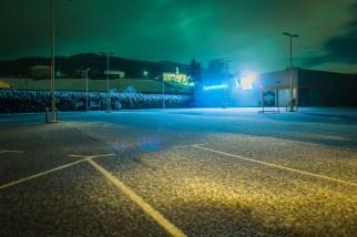El parking del lupa, que con su luz azul me hizo poner el cielo verde.
