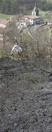 Un incendio forestal arrasa 100 hectáreas en Elduain y cierra seis horas la A-15