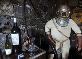 VINDYKKING: Dykkerdrakt fra London anno 1940 dekorerer spisesalen.