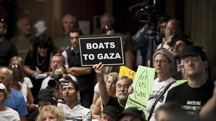 VENTER PÅ TILLATELSE:  Gaza-aktivister demonstrerte i Aten mandag mot at greske myndigheter ennå ikke har gitt seilingstillatelse til de mange båtene som venter på å komme i gang med sommerens konvoi. Et skip har allerede forlatt havn på Korsika i Frankrike, mens nærmere 300 Gaza- og Palestina-venner fra 22 nasjoenr fortsatt venter i Aten. FOTO: JEAN-PHILIPPE KSIAZEK, AFP/SCANPIX.