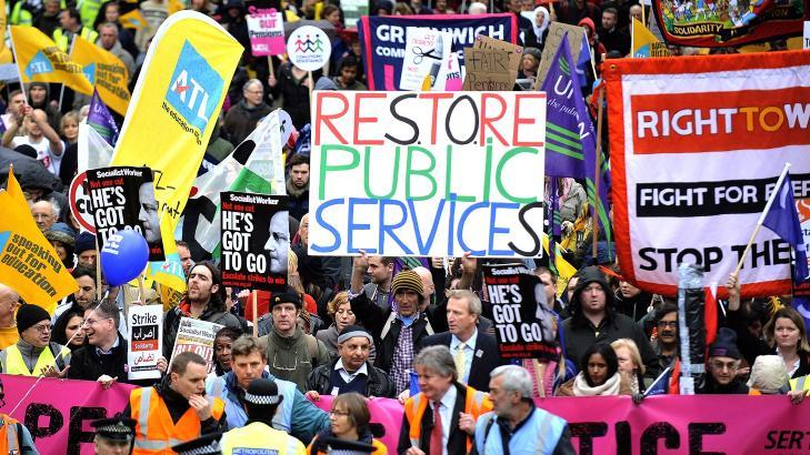 STØRSTE på 30 ÅR:  To millioner offentlig ansatte streiket i Storbritannia onsdag i protest mot innstramming av pensjonsordningene. Store folkemengder trakk ut i Londons gater. FOTO: EPA/SCANPIX.
