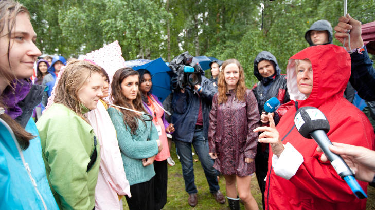 I FJOR: 22. juli i fjor talte Gro Harlem Brundtland på AUFs sommerleir på Utøya. Bano Abobakar Rashid mistet livet i massakeren senere den dagen. Etter år etter møter lillesøster Lara Rashid Brundtland på nytt.