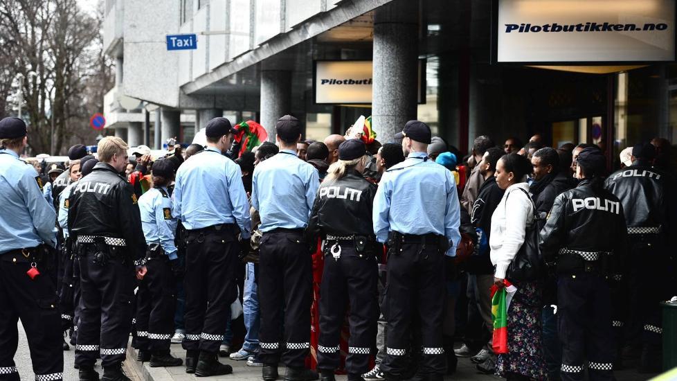 IKKE ROLIG: Demonstrantene protesterer mot et møte arrangert av den etiopiske regjeringen. Møtet blir holdt på SAS-hotellet ved Holbergs plass i Oslo. Foto: Thomas Rasmus Skaug/Dagbladet
