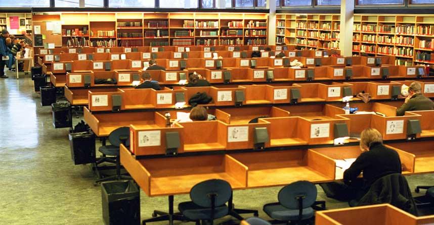 ALLE MÅ HA LÆREBØKER: Konsentrert stemning i lesesal på Universitetet i Oslo. Foto: Espen Røst