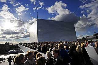 Rundt to tusen mennesker tok turen til operataket fredag kveld.