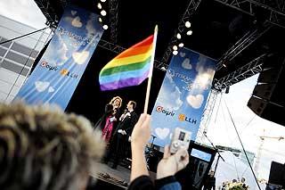 Stor jubel under talene til «homominister» Karita Bekkemellem og byrådsleder Erling Lae.