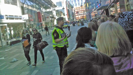 Politiet måtte roe gemyttene under Twilight-kaoset som oppsto i  Stockholm i går. (Foto: Embla Åkerlund/SVT)