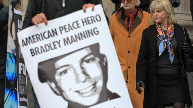 Plakat med Bradley Manning (Foto: OLIVIA HARRIS/Reuters)