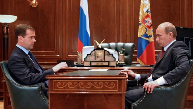 Medvedev og Putin (Foto: Vladimir Rodionov/AP)