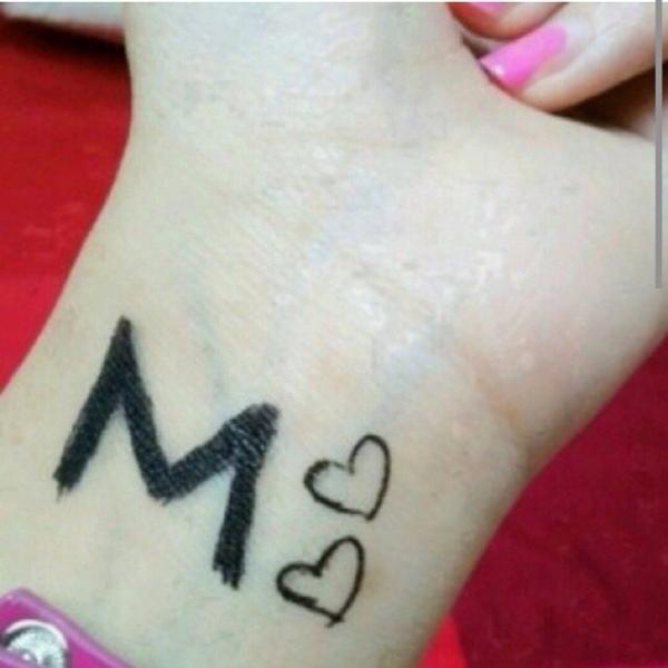 حرف M مكتوب على اليد H