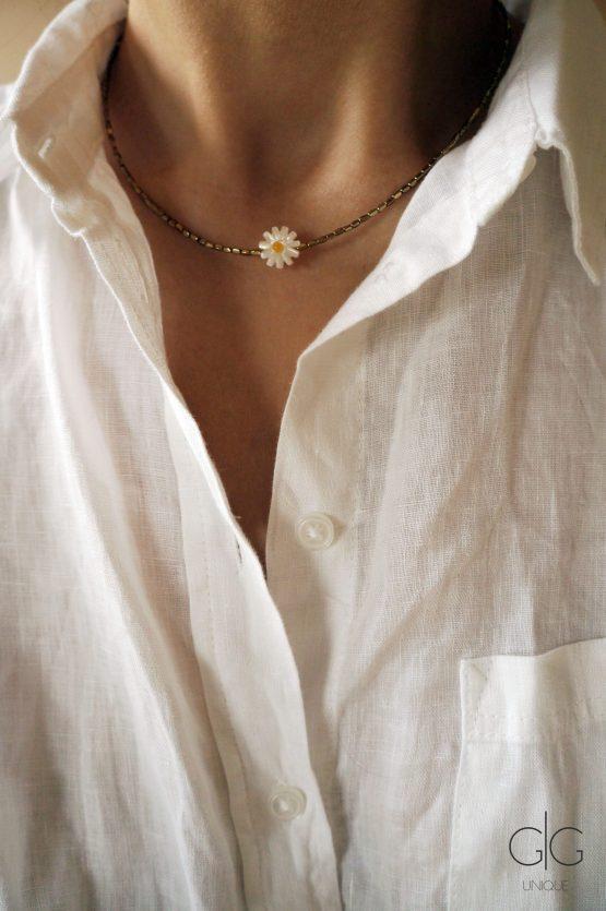 Delicate daisy shell necklace with hematite stones - GG UNIQUE