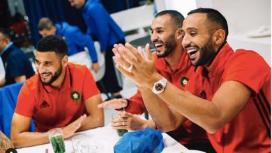صورة لاعبو المنتخب الوطني يغنون للمجرد وفيصل فجر يبدع بالأمازيغية