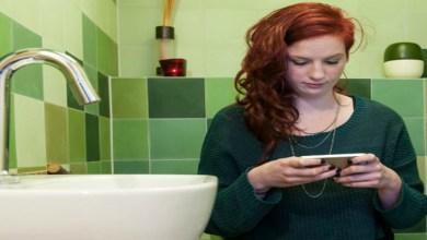 صورة استعمال الهاتف المحمول يسبب البواسير!!