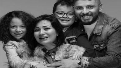 صورة قبلة مثيرة من حاتم عمور لزوجته