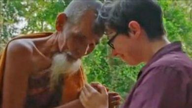 """صورة مذيعة تصور """"راهبا بوذيا"""" أثناء تحرشه بها"""