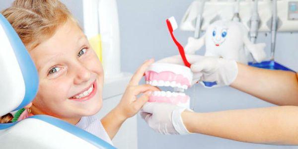 تعرفي على السن المناسب لبدء تنظيف أسنان أطفالك