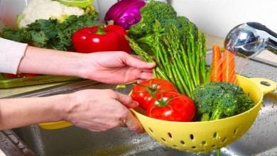 """صورة لتحمي عائلتك من عدوى """"كورونا"""".. 3 خطوات لغسل الفواكه والخضر"""