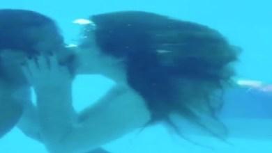 صورة إعلامية شهيرة تثير الجدل بعد تقبيلها لزوجها تحت الماء