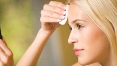 صورة خطوات لتنظيف الوجه من الرؤوس السوداء بالفازلين