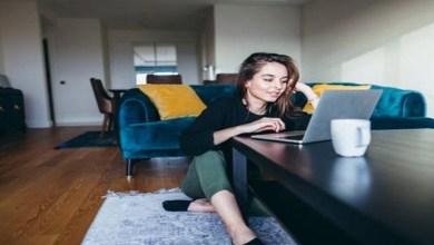 صورة كيف يؤثر ارتداء البيجامة خلال العمل في المنزل على صحتك العقلية؟