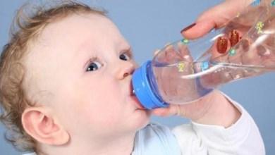 صورة متى يجب على الأم تقديم الماء لطفلها الرضيع؟