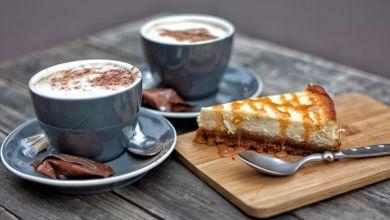 صورة تجنبوا تناول الحلوى مع كوب القهوة.. وهذا السبب!