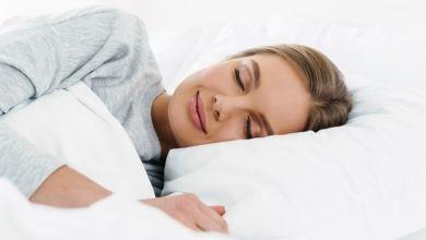 صورة ما هي وضعيات النوم المناسبة للمرأة بعد الولادة القيصرية؟